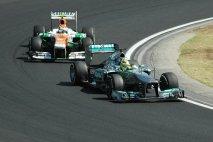 Hungaroring patří ke stálicím šampionátu F1; na snímku Nico Rosberg (Mercedes-AMG) před Adrianem Sutilem (Force India)