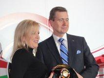Susan Docherty a Karl-Friedrich Stracke s prestižní cenou Vůz roku 2012
