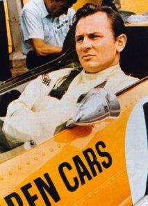 Bruce McLaren za volantem vozu McLaren Ford F1