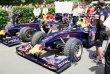 Vozy Red Bull F1 - Mark Webber (na typu RB1), za ním Adrian Newey (RB5)